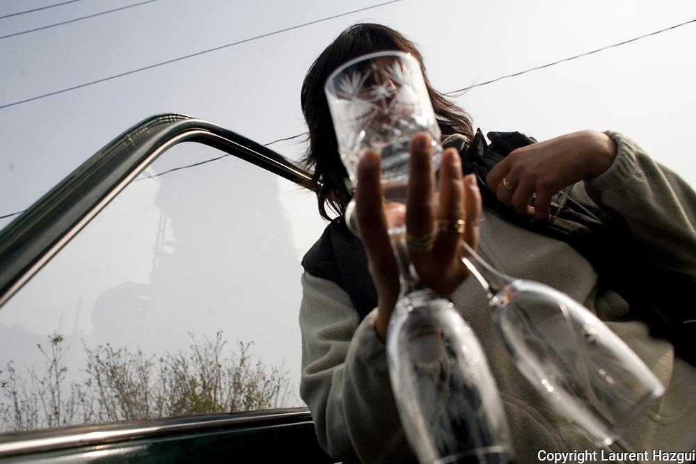 Octobre 2008. Roumanie. Vendeuse de verre au bord de la route.