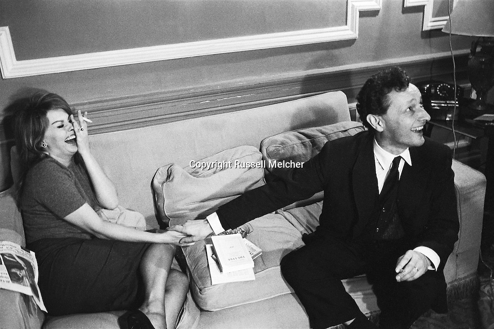 Sophia Loren was unhappy about this picture as she thought it was unflattering to her(.Double chin).<br /> <br /> Sophia Loren était mécontent de cette image comme elle considerait peu flatteuse à son image ( double menton ) .