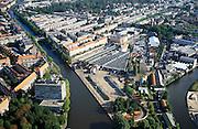 Nederland, Amsterdam, Amsterdam-Zuid, 25-09-2002; midden tramremise Havenstraat van het GVB (Gemeente Vervoer Bedrijf), water van de Schinkel (diagonaal naar linksboven) met links daarvan de Hoofddorppleinbuurt, rechts vh de Schinkel de Schinkelbuurt (boven de remise) met Vondelpark (midden horizon), rechtsonder Stadiongracht; vogelvlucht, panorama, strokenbouw, bouwblok, stedelijke bebouwing, wonen, stadsgezicht, stadsgroen, stadsdeel Oud-Zuid, zie ook detailopname van deze lokatie; <br /> luchtfoto (toeslag), aerial photo (additional fee)<br /> foto /photo Siebe Swart