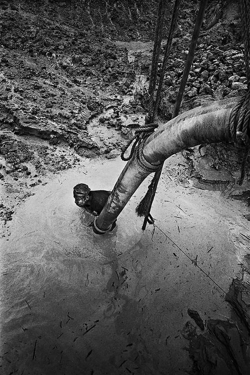 French guyana, dorlin, inini.<br /> <br /> Exploitation aurifere. La terre est retournee et lavee a la recherche de paillettes qui seront amalgamees par addition de mercure.<br /> Christiane TAUBIRA, depute de Guyane, publie un rapport : « Si l'on prend en compte les couts environnementaux, sanitaires et sociaux engendres par cette activite, on peut s'interroger sur la valeur ajoutee creee par l'activite aurifere… La ou il n'y a pas moyen de faire autre chose, on ne va pas dire aux gens : crevez de faim ou allez emarger au RMI ». <br /> Les orpailleurs du Syndicat Minier de l'Ouest Guyanais, soulignent pour leur part que l'activite aurifere est le seul secteur productif capable d'absorber une main d'œuvre abondante et peu formee. Elle permet a la population locale de ne plus dependre du versement des diverses prestations sociales qui constituent l'essentiel des revenus des familles. Les efforts entrepris par certains pour assainir et moderniser la profession se heurtent pourtant aux limites de la legalite.
