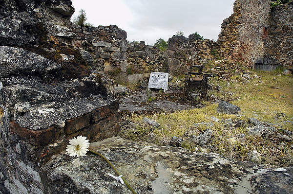 Frankrijk, Oradour-sur-Glane, 12-5-2010Dit dorp is als monument in de staat van na de verwoesting. Het bloedbad van Oradour-sur-Glane vond plaats op 10 juni 1944 . Het dorp werd die dag door Duitse ss soldaten ingesloten en uiteindelijk verwoest en uitgemoord. Bij deze overval werden 642 mensen vermoord. Slechts zes personen overleefden het bloedbad. Aanleiding was onduidelijk, maar de inval van de geallieerde troepen in Normandië op 6 juni 1944 of aanslagen door het Franse verzet, de resistance, zouden de aanleiding kunnen zijn. Foto: Flip Franssen/Hollandse Hoogte