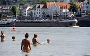 Nederland, Nijmegen, 25-7-2012Warme zomerse dag op het Waalstrand van Lent tegenover Nijmegen, makkelijk te bereiken via de fietsbrug die hier ligt. Het zwemmen in de rivier de waal, rijn, is gevaarlijk vanwege de veraderlijke stroming en de drukke scheepvaart.Foto: Flip Franssen/Hollandse Hoogte
