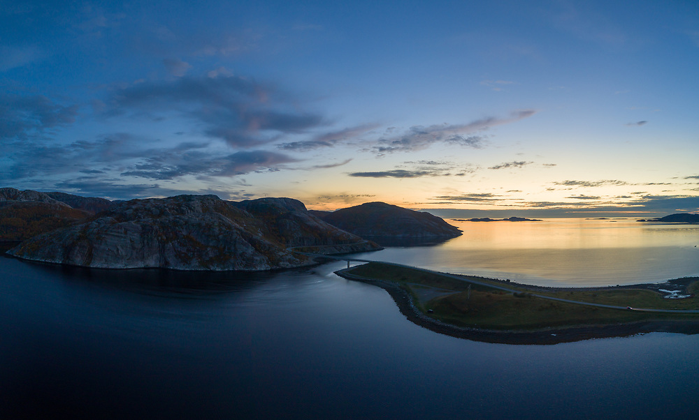 Osenfjorden i Osen kommune flyfoto. Osen er en kystkommune i Trøndelag fylke. Lang lukkertid i skumring, noe uskarpt.