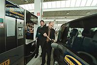 04 APR 2001, BERLIN/GERMANY:<br /> Betankung eines Ergasfahrzeug mit dem Kraftstoff Erdgas, anlaesslich der Inbetriebnahme der Ersten Ersgas Zapfsaeule Berlins, Elf Tankstelle, Holzmarkt Str. 36<br /> IMAGE: 20010404-01/02-34<br /> KEYWORDS: Auto, Car, tanken, Treibstoff