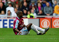 Photo: Andrew Unwin.<br />Sunderland v West Ham United. The Barclays Premiership.<br />01/10/2005.<br />West Ham's Nigel Reo-Coker feels the pain after a tussle with Sunderland's Stephen Elliott.