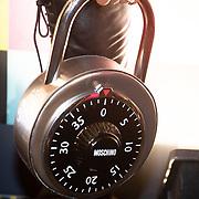 NLD/Amsterdam/20181105 - Lancering De Moschino TV x H&M-collectie, Moschino tas in de vorm van een slot