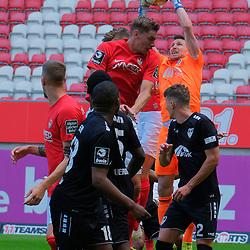 Fussball - 3.Bundesliga - Saison 2019/20<br /> Kaiserslautern -  Fritz-Walter-Stadion 20.6.2020<br /> 1. FC Kaiserslautern (fck) - KFC Uerdingen (ue) 4:0<br /> Torwart Rene VOLLATH (KFC Uerdingen) greift sich den Ball vor Lucas ROESER (1. FC Kaiserslautern) <br /> <br /> Foto © PIX-Sportfotos *** Foto ist honorarpflichtig! *** Auf Anfrage in hoeherer Qualitaet/Aufloesung. Belegexemplar erbeten. Veroeffentlichung ausschliesslich fuer journalistisch-publizistische Zwecke. For editorial use only. DFL regulations prohibit any use of photographs as image sequences and/or quasi-video.