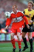 Andy Campbell (Middlesbrough) and Ray Parlour (Arsenal). Middlesbrough 0:1 Arsenal. F.A.Carling Premiership, 4/11/2000. Credit: Colorsport / Stuart MacFarlane.