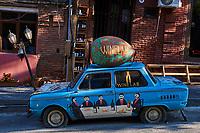 Géorgie, Tbilissi, la Vieille Ville ou Dzveli Kalaki, le quartier de Abanotubani ou quartier des bains sulfureux, enseigne d'un bar à vins // Georgia, Caucasus, Tbilisi, old city, wine shop signboard