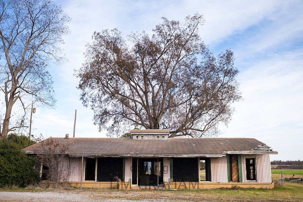 Derelict rundown old abandoned Cajun home in the MIssissippi Delta in Louisiana, USA