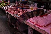 Una cola de caimán se vende en el mercado de Belén, en la ciudad de Iquitos, Perú. en este mercado se venden todo tipo de animales exóticos, alimentos y brebajes hechos con ellos.