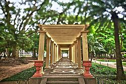 """O Parque Farroupilha, também conhecido como Parque da Redenção, é o parque mais tradicional e popular de Porto Alegre, sendo um local tradicionalmente visitado pelos porto-alegrenses nas horas de descanso, seja para praticar esportes ou simplesmente tomar um chimarrão com a família. Entre os diversos recantos está o """"Pergolado Romano"""", com colunas jônicas, pórtico triangular e trepadeiras.<br /> Fazem parte do conjunto paisagístico árvores, ciprestes e arbustos esculpidos, sugerindo ao visitante a bela paisagem da velha Europa. FOTO: Jefferson Bernardes/Preview.com"""