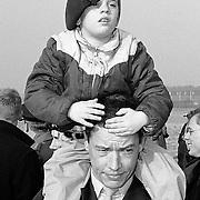 Vertrek medisch personeel naar Saudi-Arabie van Soesterberg, kind op de schouder van vader, militair, baret