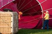 Een luchtballon wordt gereed gemaakt voor vertrek<br /> <br /> An air balloon is being prepared to start sailing