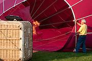 Een luchtballon wordt gereed gemaakt voor vertrek<br /> <br /> An air balloon is being prepared to start sailing
