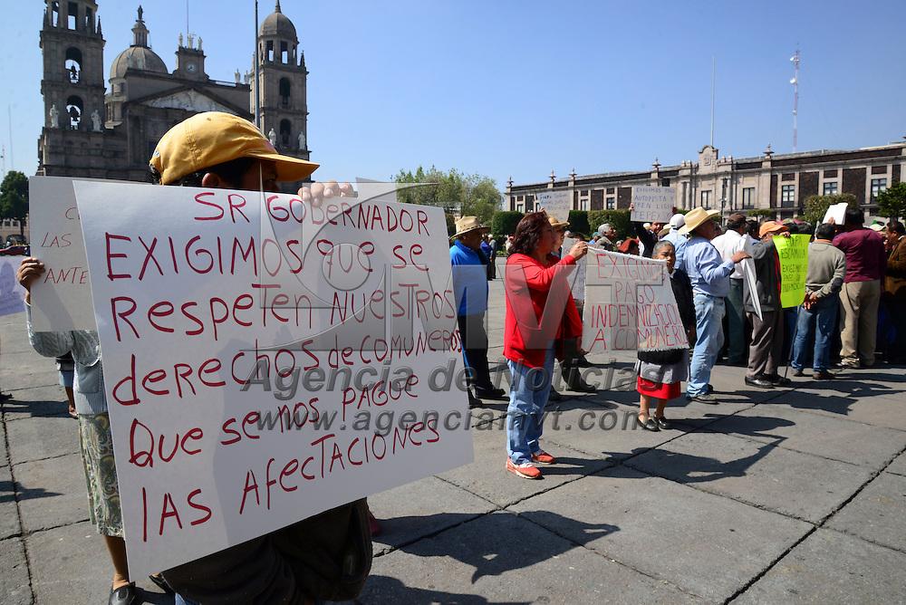 Toluca, Méx.- Habitantes de Ocoyoacac se manifestaron frente a Palacio de  Gobierno para exigir el pago de indemnizaciones por las obras del tren interurbano México-Toluca que se realizan en la zona, y de no llegar a un acuerdo pararan las obras y cerraran la circulación en la carretera México-Toluca. Agencia MVT / Crisanta Espinosa