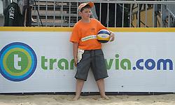 17-07-2014 NED: FIVB Grand Slam Beach Volleybal, Apeldoorn<br /> Poule fase groep A mannen - Reinder Nummerdor (1), Steven van de Velde (2) NED, Chaim Schalk (1), Ben Saxton (2) CAN / Ballenjongen