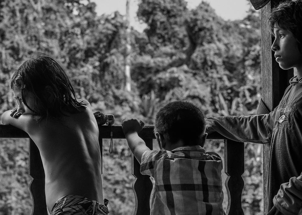 Trois-Sauts, Guyane, 2015.<br /> <br /> Dans le Haut-Oyapock, les populations amérindiennes vivent au sein de communautés selon des règles coutumières qui leur sont propres et la limite frontalière délimitée par le fleuve qu'ils traversent sans cesse reste artificielle. Si une naissance survenue en France n'a pas été déclarée dans le délai de trois jours, l'officier de l'état civil ne peut pas de lui-même la transcrire sur ses registres. Il ne peut le faire que sur le fondement d'un jugement rendu par le tribunal de grande instance du lieu de naissance de l'enfant.<br /> <br /> Sans présence systématique d'officier d'état civil sur place, il est souvent difficile préciser un lieu de naissance et une filiation française. Une partie importante de la population est donc française mais sans papiers, privée des droits sociaux et politiques issus de la nationalité française.