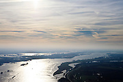 Nederland, Gelderland, Gemeente Maasdriel, .Heerewaarden De Waal bij hoogwater, waar Maas en Waal (voorgrond) elkaar bijna raken, gescheiden door een engte..The river Waal at high tide, where the river Maas (Meuse) and Waal (foreground) almost touch, divided bij a isthmus. .luchtfoto (toeslag), aerial photo (additional fee required).foto/photo Siebe Swart