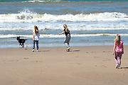 Koning Willem-Alexander en koningin Maxima poseren samen met de prinsesjes Ariane, Amalia en Alexia tijdens de jaarlijkse fotosessie op het strand bij het natuurgebied Meijendel in Wassenaar. <br /> <br /> King Willem-Alexander and Queen Maxima posing together with the princesses Ariane, Amalia and Alexia at the annual photo session on the beach at the nature Meijendel in Wassenaar.<br /> <br /> Op de foto / On the photo: Princess Ariane, Princess Amalia and Princess Alexia / prinses Ariane, prinses  Amalia en prinses  Alexia