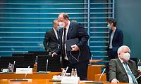 DEU, Deutschland, Germany, Berlin, 16.12.2020: Kanzleramtsminister Helge Braun (CDU) mit Mund-Nase-Bedeckung vor Beginn der 124. Kabinettsitzung im Bundeskanzleramt. Aufgrund der Coronakrise findet die Sitzung derzeit im Internationalen Konferenzsaal statt, damit genügend Abstand zwischen den Teilnehmern gewahrt werden kann.