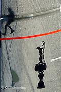"""V. 10. Valencia, 07/05/2007. El sombra del estratega del """"Desafío Español 2007"""" se proyecta sobre la vela mayor durante la novena regata del round robin 2 de la copa Louis Vuitton que han disputado hoy en la bahia de Valencia. EFE/Kai Försterling"""