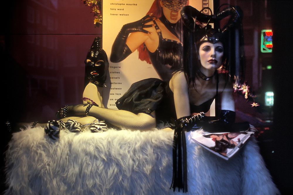 Holanda. Amsterdam..Maniquí en el escaparate de un sex-shop en el Barrio Rojo..© JOAN COSTA...