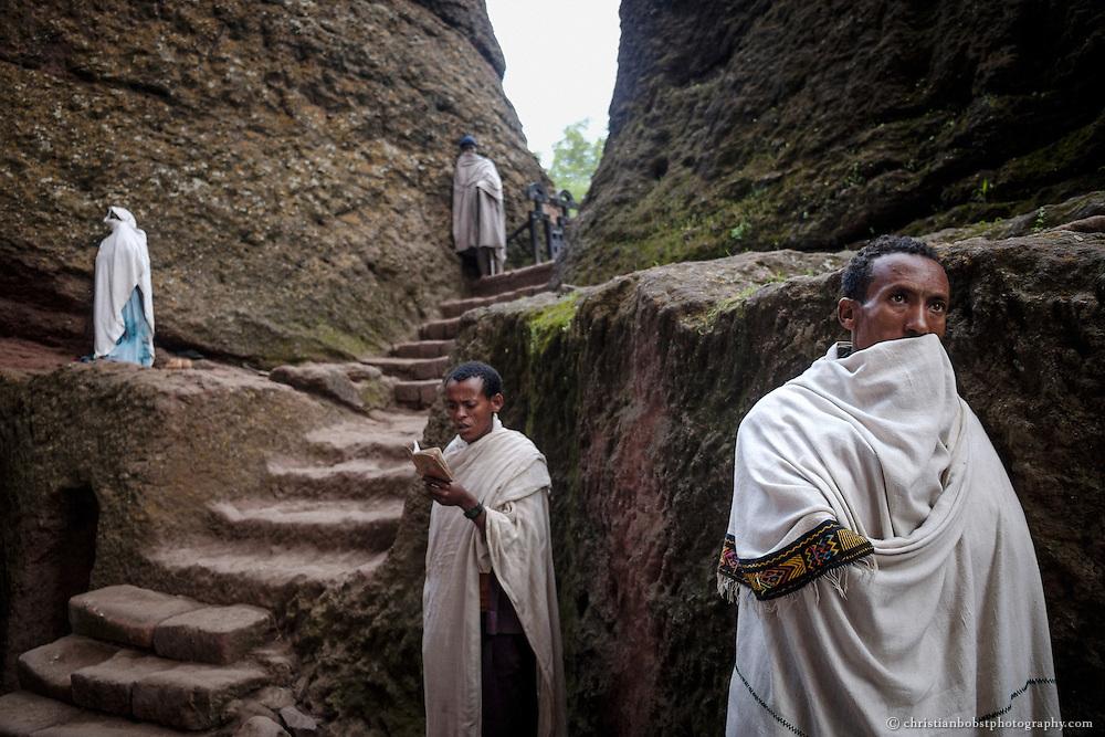Am Eingang der Felsenkirche Medhane Alem verharren einige Pilger in stillem Gebet.