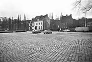Nederland, Nijmegen, 15-11-1980Reconstructie en herinrichting van de Waalkade en opbouw van de nieuwe benedenstad.In de loop van de 20e eeuw is de kwaliteit van bebouwing in nijmeegse benedenstad zodanig achteruitgegaan dat er grote lege plekken waren ontstaan door gesloopte of ingestorte gebouwen en woningen. Zo stonden langs de Waal in de stad een gasfabriek en electriciteitscentrale. Eind 70er jaren werd besloten dit hele gebied te herbouwen volgens het oude stratenpatroon. Onder druk van de woningnood werden het vooral sociale huurwoningen. Begin jaren 80 is dit voltooid en heeft Nijmegen haar gezicht weer naar de rivier gekeerd. Door het middeleeuwse stratenpatroon en het hoogteverschil is de Benedenstad sinds 1975 een van rijkswege beschermd stadsgezicht.Foto: Flip Franssen/Hollandse Hoogte
