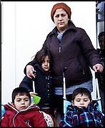 Rosa, 27 anni. Due figli maschi gemelli di 5 anni -di cui uno disabile- e una figlia femmina -Isma- di 6 anni. Kurdistan iracheno. Campo di transito di Tabanovce, Macedonia.