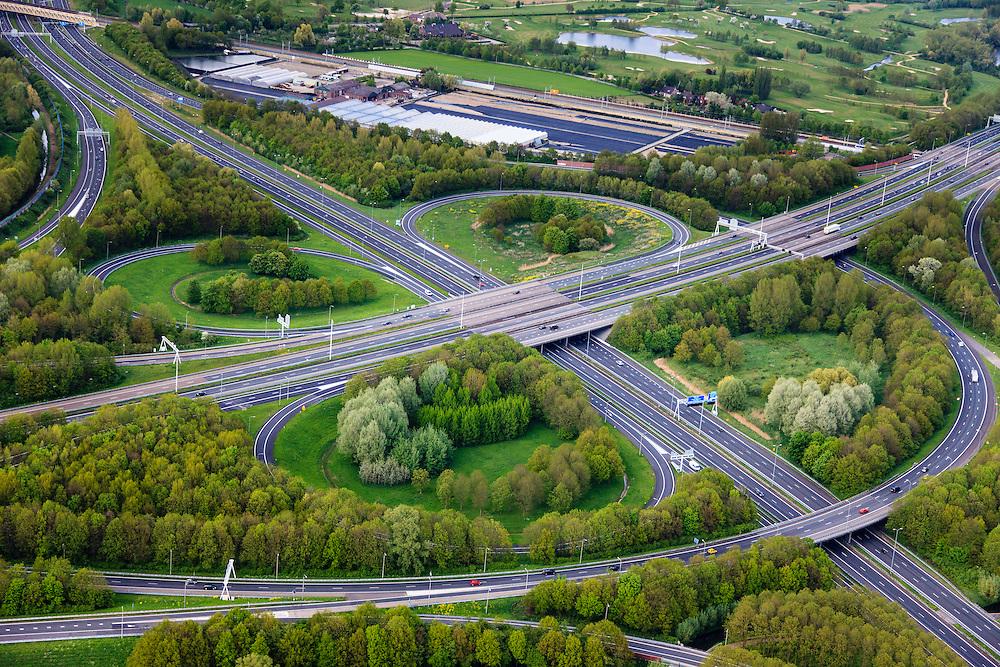 Nederland, Utrecht, Utrecht, 09-05-2013; knooppunt Lunetten, verkeersknooppunt A12 en A27 (van rechtsonder naar linksboven).  Klaverturbineknooppunt.<br /> <br /> QQQ<br /> luchtfoto (toeslag op standard tarieven)<br /> aerial photo (additional fee required)<br /> copyright foto/photo Siebe Swart