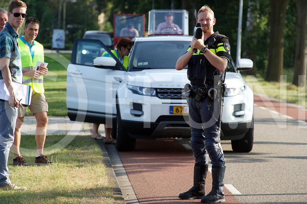 OUDLEUSEN - 30 km. actie.<br /> Politie en Plaatselijk Belang <br /> Foto: Snelheidcontrole, bij overschrijding van de snelheid kreeg de bestuurder een waarschuwing of een BOB sleutelhanger bij goed gedrag.<br /> FFU PRESS AGENCY COPYRIGHT FRANK UIJLENBROEK