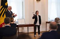 DEU, Deutschland, Germany, Berlin, 01.10.2020: Verleihung des Verdienstordens der Bundesrepublik Deutschland (Bundesverdienstkreuz) durch Bundespräsident Frank-Walter Steinmeier an Hannah Kiesbye im Schloss Bellevue.