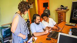 """PORTO ALEGRE, RS, BRASIL, 21-01-2017, 12h18'52"""":  Desiree dos Santos, 32, discute um projeto com o Artista 3D Joel Grigolo, 46, durante entrevista  para a jornalista Barbara Nickel (à esq.), no espaço Matehackers Hackerspace, da Associação Cultural Vila Flores, no bairro Floresta da capital gaúcha. A  Consultora de Desenvolvimento de Software na empresa ThoughtWorks fala sobre as dificuldades enfrentadas por mulheres negras no mercado de trabalho.<br /> (Foto: Gustavo Roth / Agência Preview) © 21JAN17 Agência Preview - Banco de Imagens"""