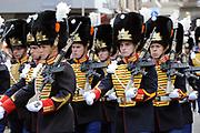 """Aankomst koninklijke familie in de gouden koets bij Paleis Nooreinde voor de """"balkonscène""""op Prinsjesdag 2012. /// Arrival royal family in the golden coach at palace Noordeinde on """"Prinsjesdag""""in The Hague<br /> <br /> Op de foto / On the photo: <br /> Optocht"""