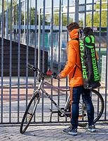AMSTELVEEN - Jorrit Croon arriveert op de fiets  voorafgaand aan de training van het heren hockey team. Net Nederlands elftal heeft toestemming gekregen van het ministerie van VWS, het RIVM en NOC NSF om de groepstrainingen te hervatten tijdens de coronacrisis. COPYRIGHT KOEN SUYK