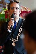 Locoburgemeester Uitdehaag van Wageningen houdt een toespraak. In verzorgingstehuis Rumah Kita in Wageningen wordt de jaarlijkse Indië-herdenking gehouden. Op 15 augustus 1945 capituleerde Japan, maar vlak daarna begon de bersiap periode in voormalig Nederlands-Indië. Met de herdenking wordt stil gestaan bij de roerige tijd, waarbij veel Indo's het land moesten verlaten.<br /> <br /> Vice mayor Uitdehaag of Wageningen is giving a speach. Residents of the nursing home for Dutch-Indonesian people Rumah Kita in Wageningen are attending a commemoration for the capitulation of Japan at the Indonesian war. After the war ended a new era started, where most of the Euro-Indonesian people had to leave the country.