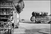 Pakistan, Camion sur les routes du Balouchistan. // Pakistan, Truck on the Baluchistan road.
