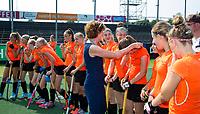 AMSTELVEEN - KNHB bestuurslid Karin Pannekoek reikt de prijzen uit. NK Schoolhockey. Finale Meisjes Oud, tussen Thorbecke Rotterdam en Scala College (Alphen a/d Rijn). Thorbecke (oranje shirt)  wint de titel. COPYRIGHT KOEN SUYK