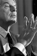 Nederland, Den Haag, 15-7-1989Partijleider Wim Kok van de Partij van de Arbeid tijdens een verkiezingsdebat met Ria Beckers van GroenLinks.Foto: Flip Franssen