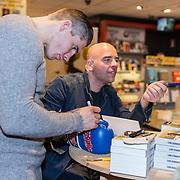 NLD/Amsterdam/20171222 - Signeersessie Rico Verhoeven en Leon Verdonschot, Rico signeert een bokshandschoen