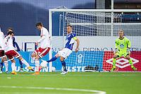 1. divisjon fotball 2015: Hødd - Fredrikstad. Fredrikstads Rafael Edgardo Burgos (t.v.)) setter inn 1-1 forbi keeper Aslak Falch i førstedivisjonskampen mellom Hødd og Fredrikstad på Høddvoll. Jesper Tørnqvist (midten) forsøker å blokkere skuddet.