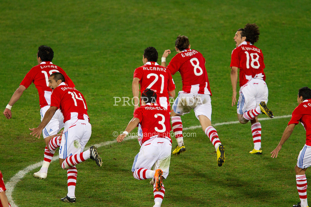 29.06.2010, Loftus Versfeld Stadium, Pretoria, RSA, FIFA WM 2010, Paraguay (PAR) vs Japan (JPN), im Bild Team of Paraguay celebrate after the penalty shots after 0-0 in overtime during the 2010 FIFA World Cup South Africa R. EXPA Pictures © 2010, PhotoCredit: EXPA/ Sportida/ Vid Ponikvar +++ Slovenia OUT +++