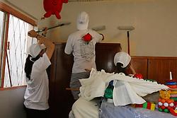 Funcionários da rede Citibank realizam, neste dia 8 de novembro, o dia global da comunidade. Em Porto Alegre, as atividades ficaram concentradas na creche Tia Jandira, no bairro Chácara das Pedras, que recebeu nova pintura em duas salas. Foto: Lucas Uebel / Preview.com