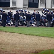 Overbrengen lichaam van overleden prins Bernhard van paleis Soestdijk, motorrijders