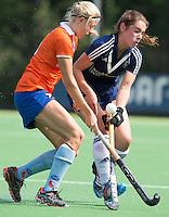 AMSTELVEEN - HOCKEY - Roos Broek in duel met Ymke Gote (r) van Pinoke tijdens de eerste competiteiwedstrijd van het nieuwe seizoen tussen de vrouwen van Pinoke en Bloemendaal. COPYRIGHT KOEN SUYK