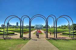 O Jardim Botânico de Curitiba ou Jardim Botânico Francisca Maria Garfunkel Richbieter, presta uma homenagem à urbanista Francisca Maria Garfunkel Rischbieter (uma das pioneiras no trabalho de planejamento urbano da capital paranaense) e é um dos principais pontos turísticos da cidade de Curitiba, capital do Paraná. Inaugurado em 5 de outubro de 1991, o jardim contém inúmeros exemplares vegetais do Brasil e de outros países, espalhados por alamedas e estufas de ferro e vidro, a principal delas com três abóbodas do estilo Art nouveau foi inspirada no Palácio de Cristal de Londres, do século XIX. A estufa é climatizada e mantém espécies da Floresta Atlântica como Caraguatá, Caetê e Palmito. Do seu interior é possível ter uma vista privilegiada do jardim em estilo francês. FOTO: Jefferson Bernardes/Preview.com