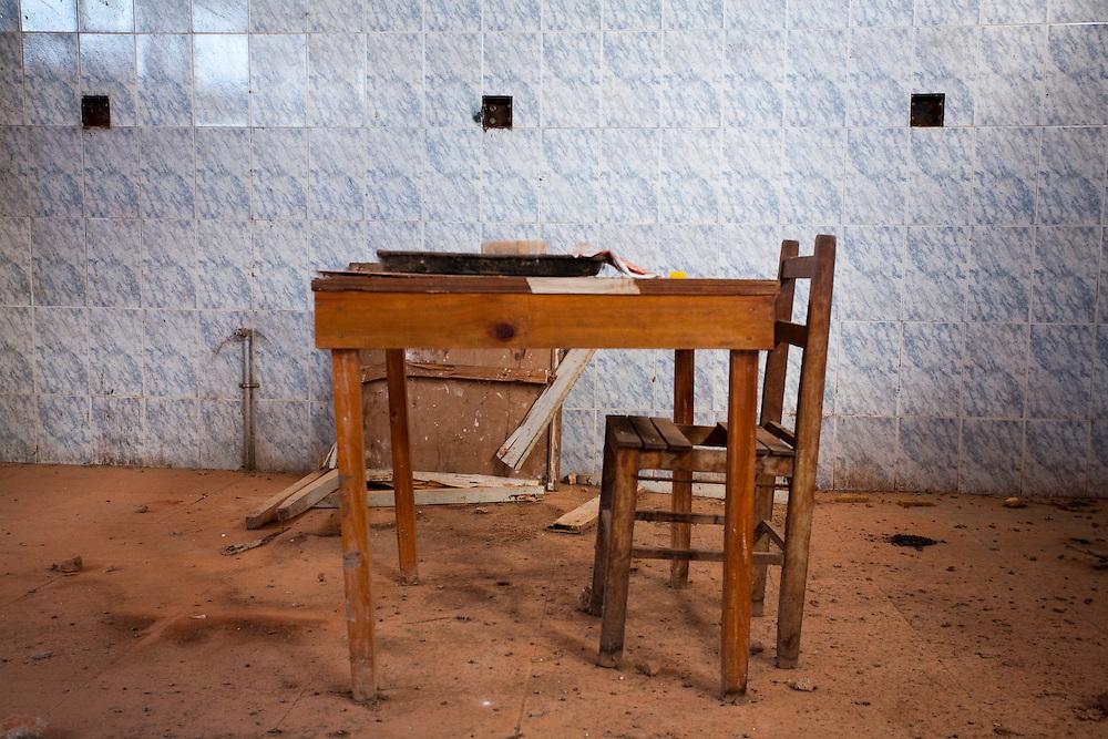 Tres Coracoes_MG, Brasil...Mesa de uma construcao abandonada em Tres Coracoes...A table of a desert construction in Tres Coracoes...Foto: LEO DRUMOND / NITRO.....