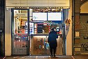 Nederland, Nijmegen, 17-12-2020 Lockdown in Nederland. De niet essentiele winkels zijn dicht.. Men kan wel friet kopen. Het is stil en leeg in de stad. Foto: ANP/ Hollandse Hoogte/ Flip Franssen