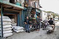 Mars 2019. Inde. New delhi. Les Bikerni, premier club de motocyclisme féminin indien, embarquent chaque week-end pour des chevauchées sur des deux-roues mythiques à l'assaut des routes du pays. Au-delà des sensations fortes, les motardes revendiquent leur droit à l'aventure, à l'insouciance et à l'autonomie. Un vrai défi dans une société patriarcale qui entrave encore leurs libertés. Shabnam Akram, 54 ans, fondatrice de l'antenne des Bikerni à Delhi, à la tête d'un studio de design. Chez son garagiste à Delhi où elle passe réparer ses motos (aussi par elle-même) depuis 25 ans. Elle possède une moto Royal Enfield.